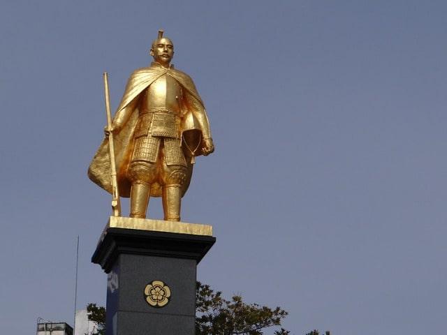 黄金の信長像